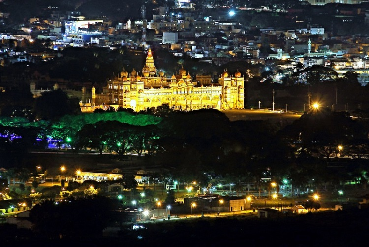 Mysore_Palace_seen_from_Chamundi_Hill_Viewpoint_at_night